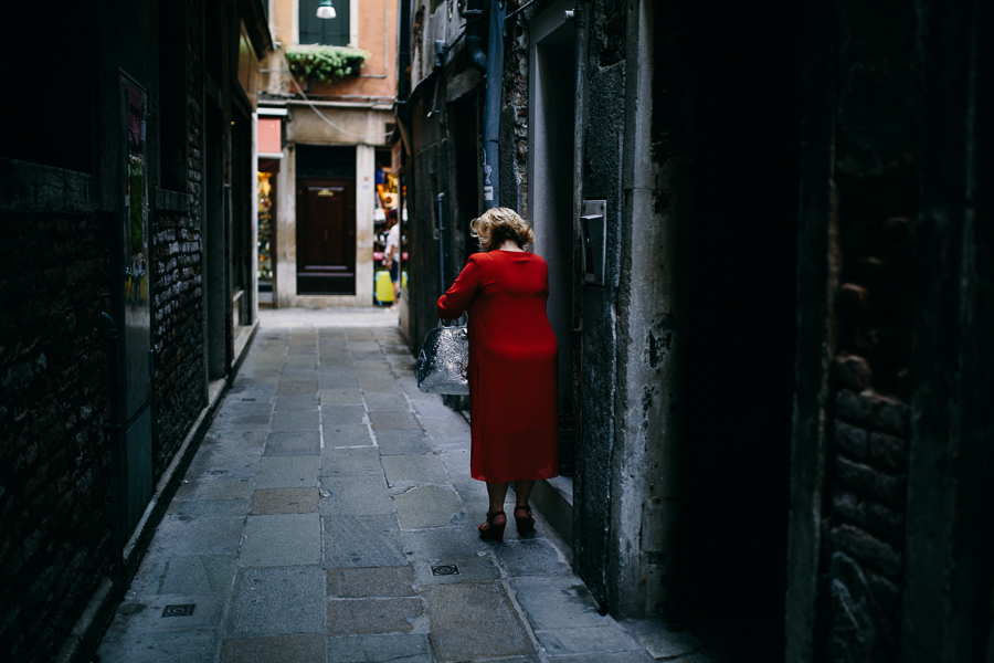 foxografie_old lady in red_venedig_venice_IMG_9933